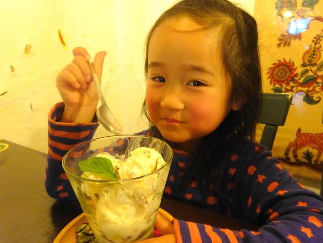 カルマ 水戸 でデザートを食べる娘