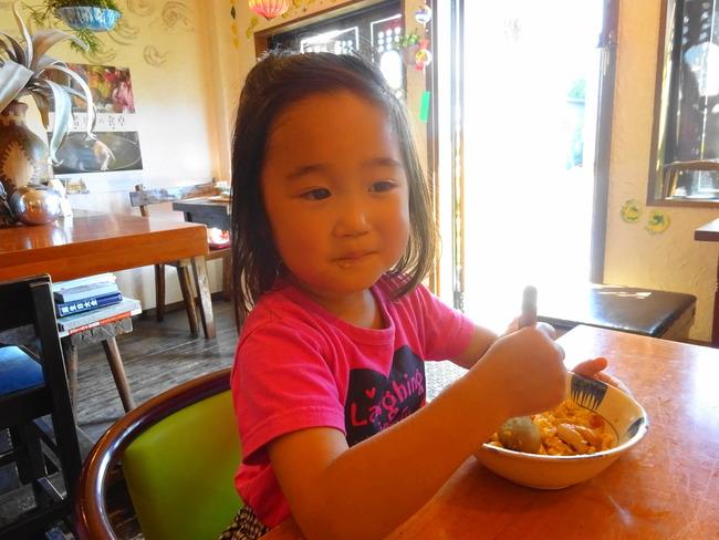 カルマのクリーミーチキンを食べる娘