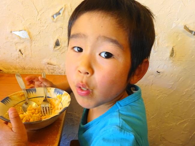 カルマのクリーミーチキンを食べる息子