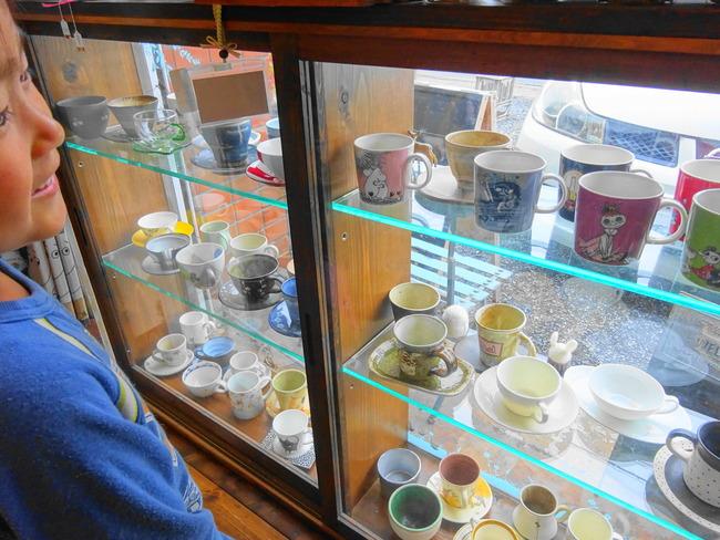 コジカフェ でカップを選ぶ子供