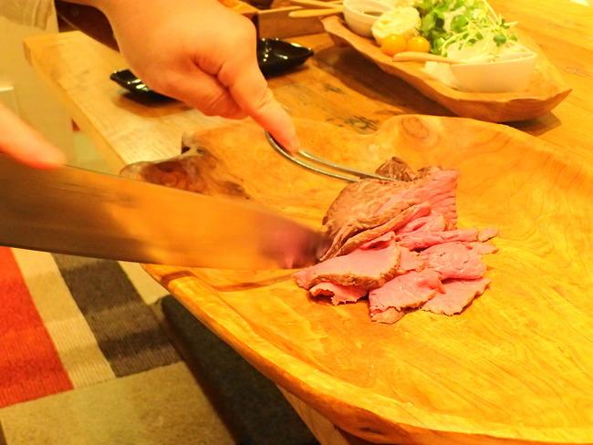 卓上で肉をカットする様子
