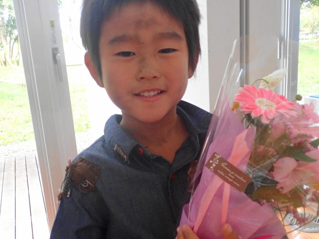 花束を貰う息子