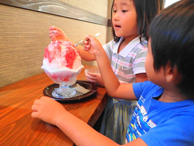都炉美煎本舗のかき氷を食べる子