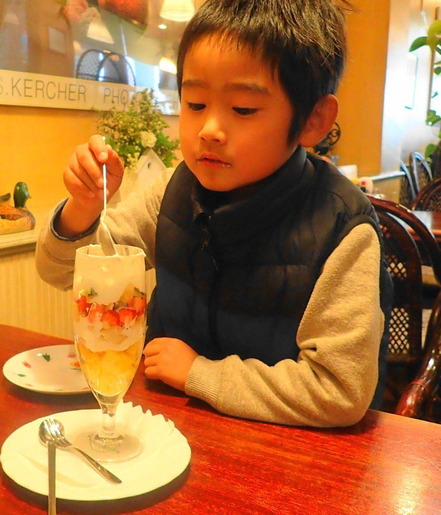 フルーツバスケット 水戸 のパフェを食べている写真