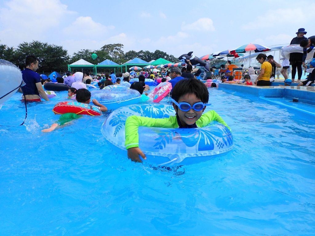 流れるプールで遊ぶ息子
