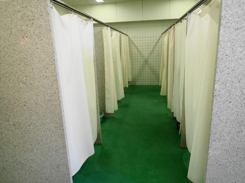 涸沼 プール のシャワー付きの更衣室