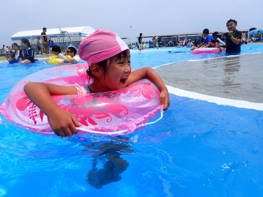 流れるプールで遊ぶ娘