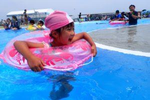 流れるプールで遊ぶ子2