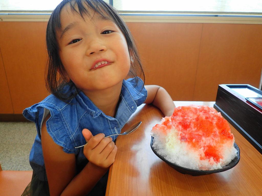 かき氷を食べる子供