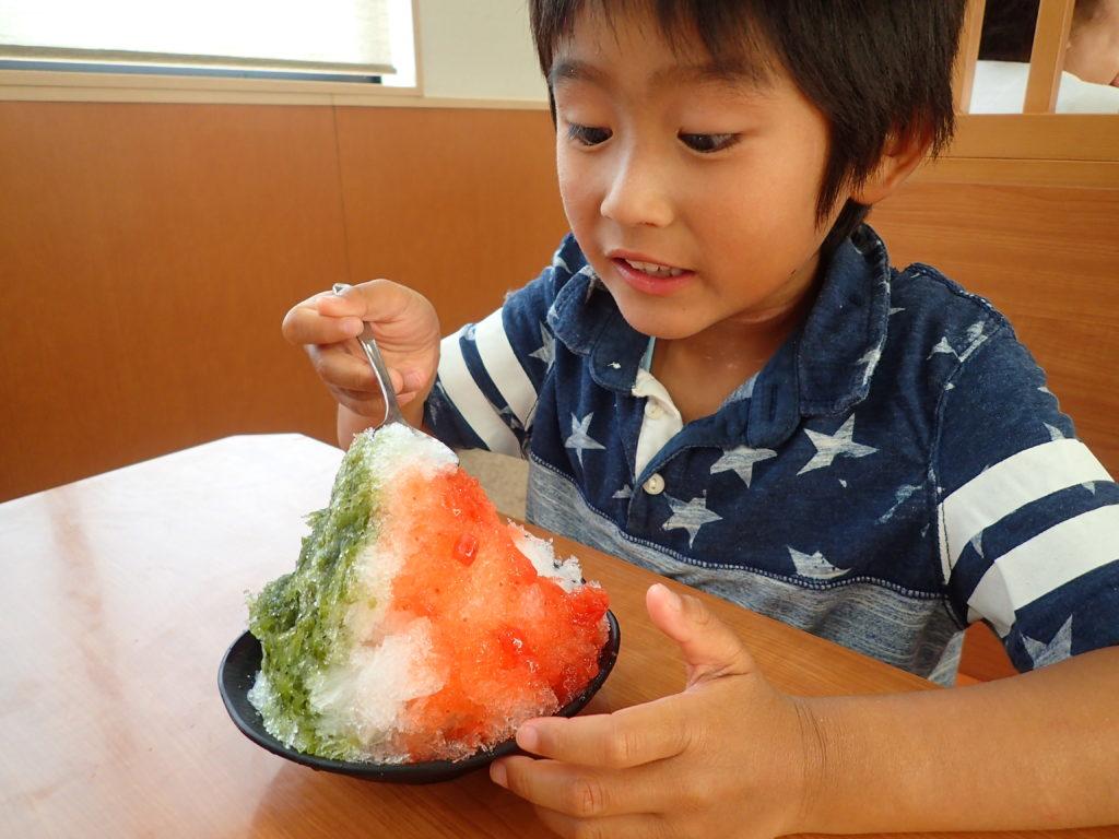 かき氷イタリアンスペシャルを食べる子供