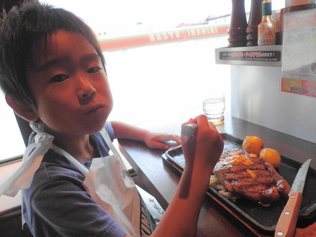 ステーキを食べる息子