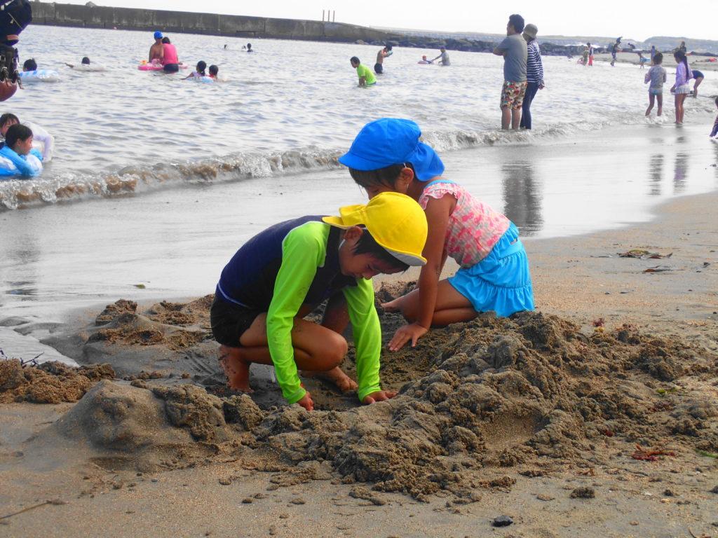 浜辺で遊ぶ子供