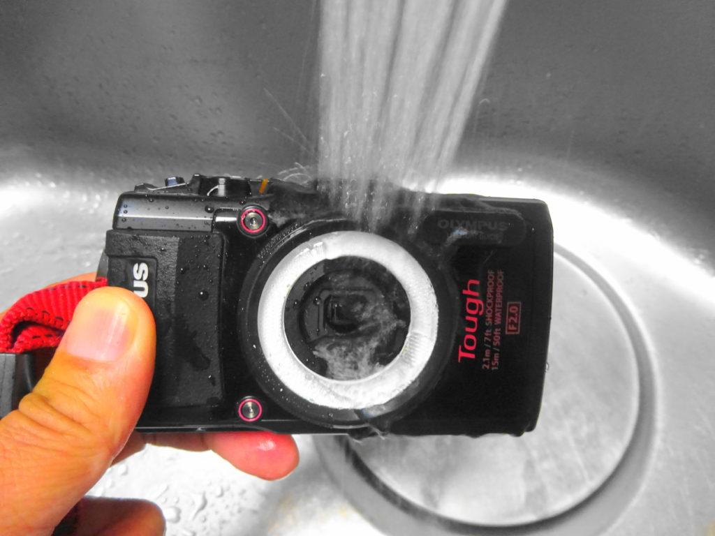 カメラを洗う図