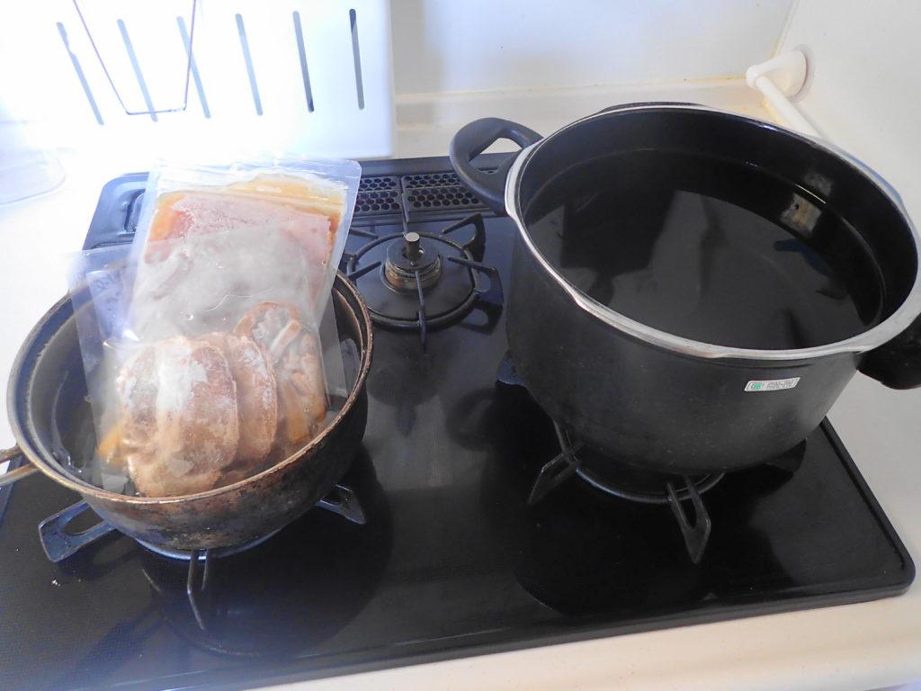 鍋にお湯を沸かし調理する様子