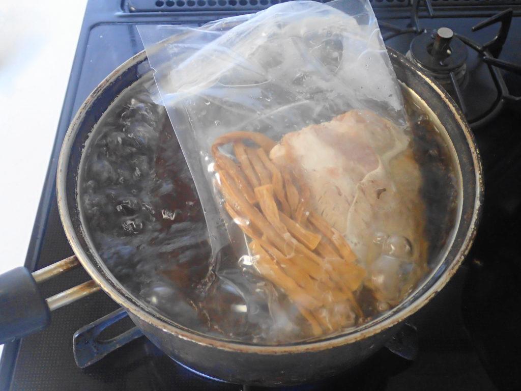 スープと具材を湯煎