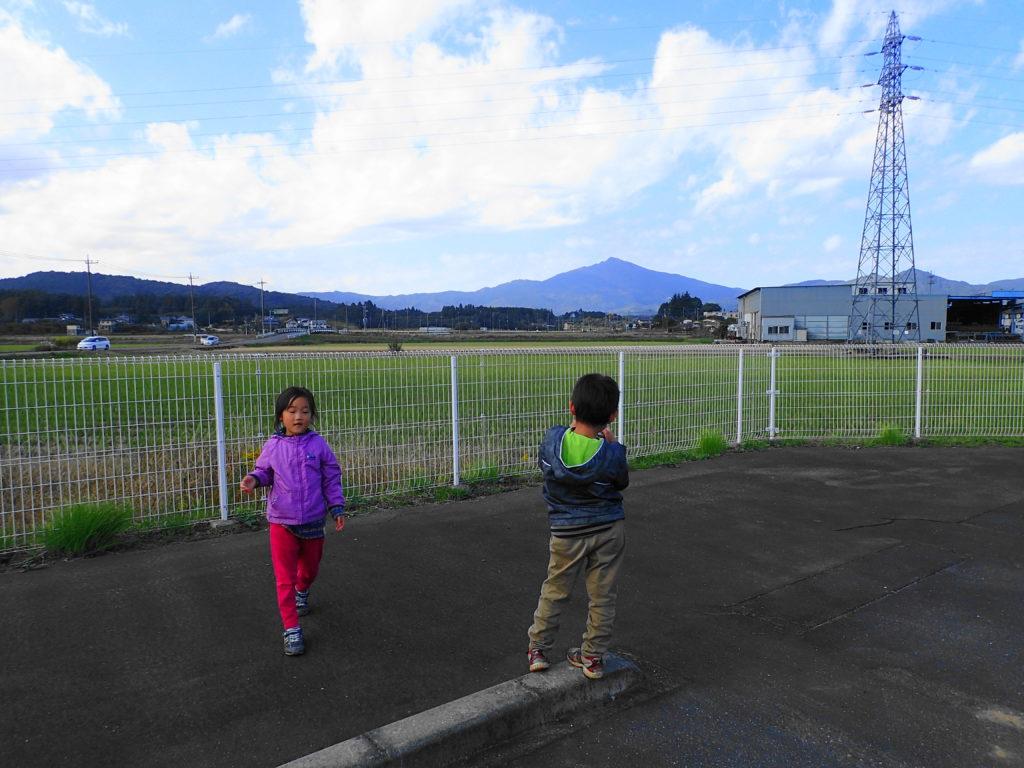 筑波山と子供たち