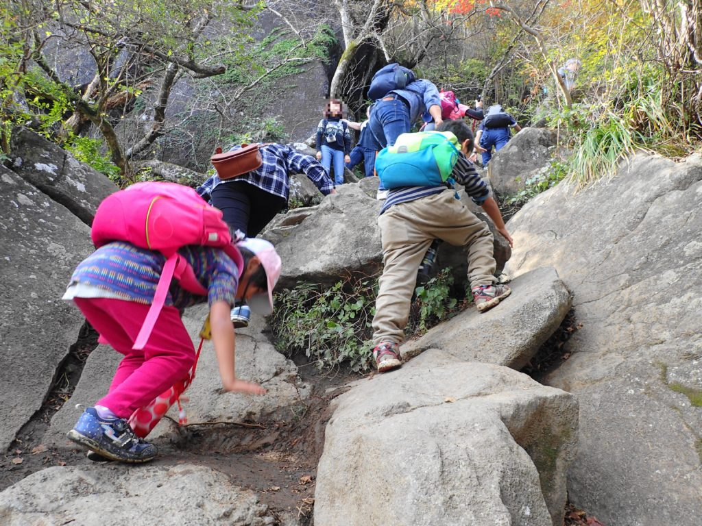 筑波山 子ども登山 急勾配を登る子どもたち