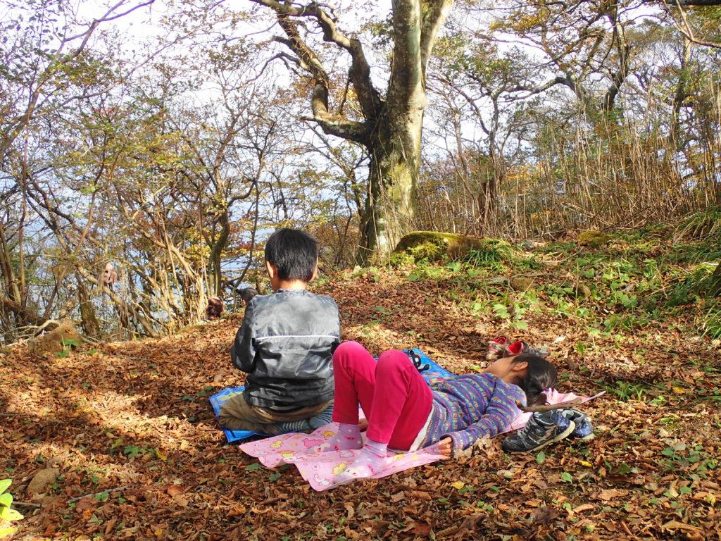 筑波山 子ども登山 レジャーシートで休む子どもたち