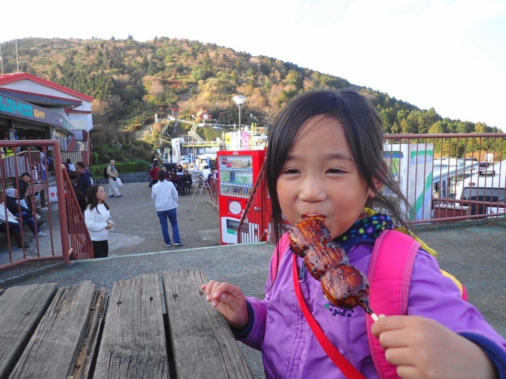 登山後だんごを美味しそうに食べる子
