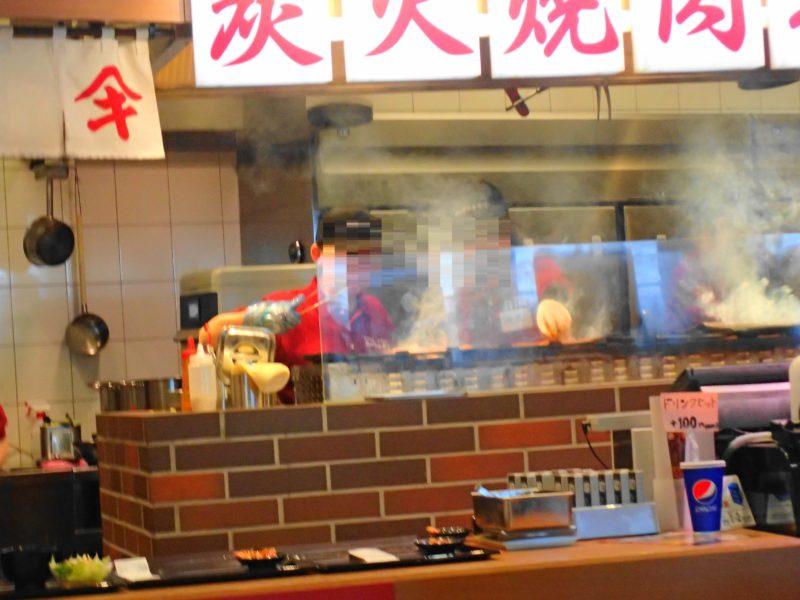 炭火で肉を焼く様子