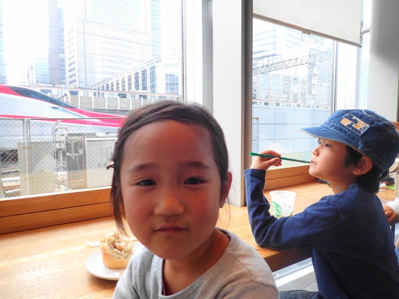新幹線が見えるカフェ の店内1