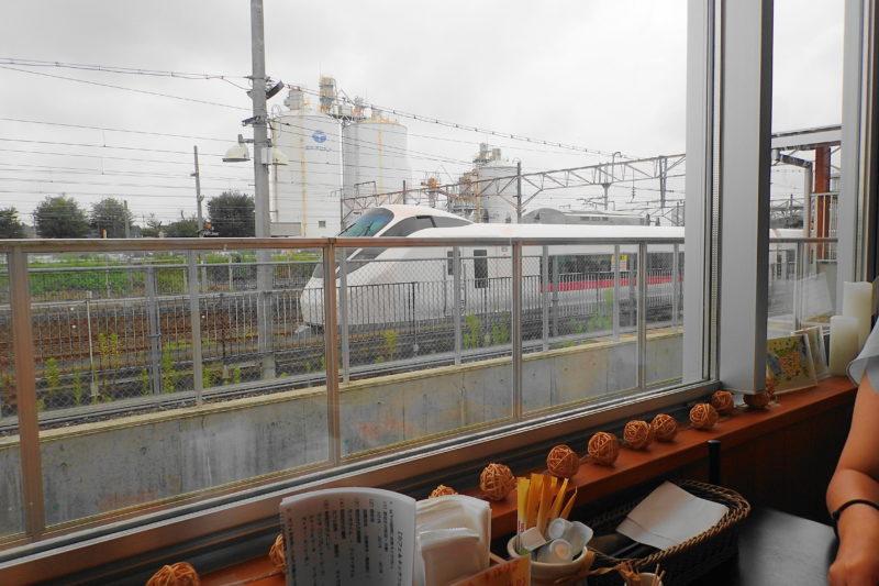 カフェ&キッチンともあ の店内から見える電車