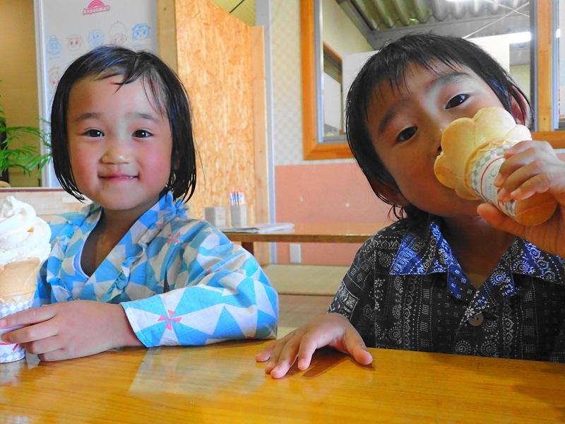 水戸 銭湯 でソフトクリームを食べる子供