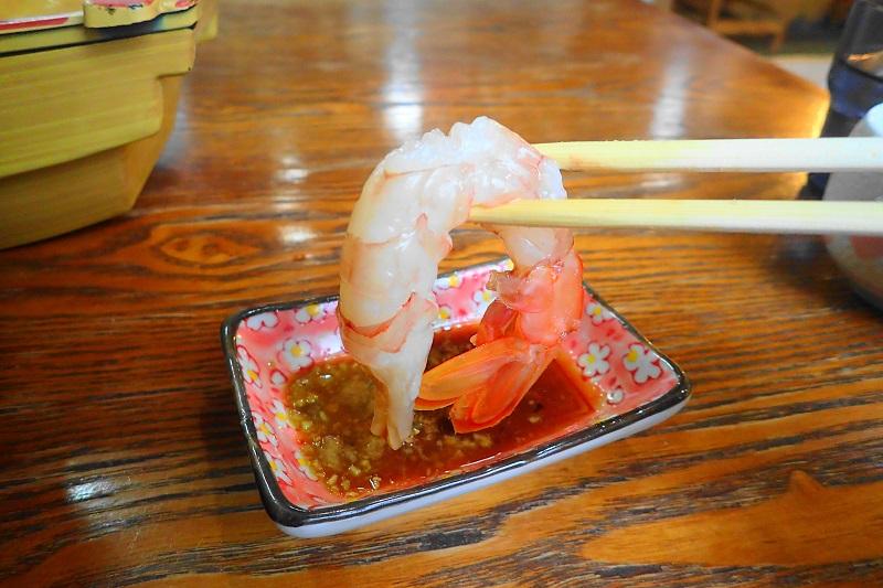 赤エビの刺身を食べる