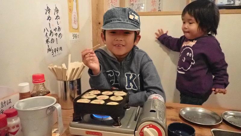 たこ焼きを焼く子供