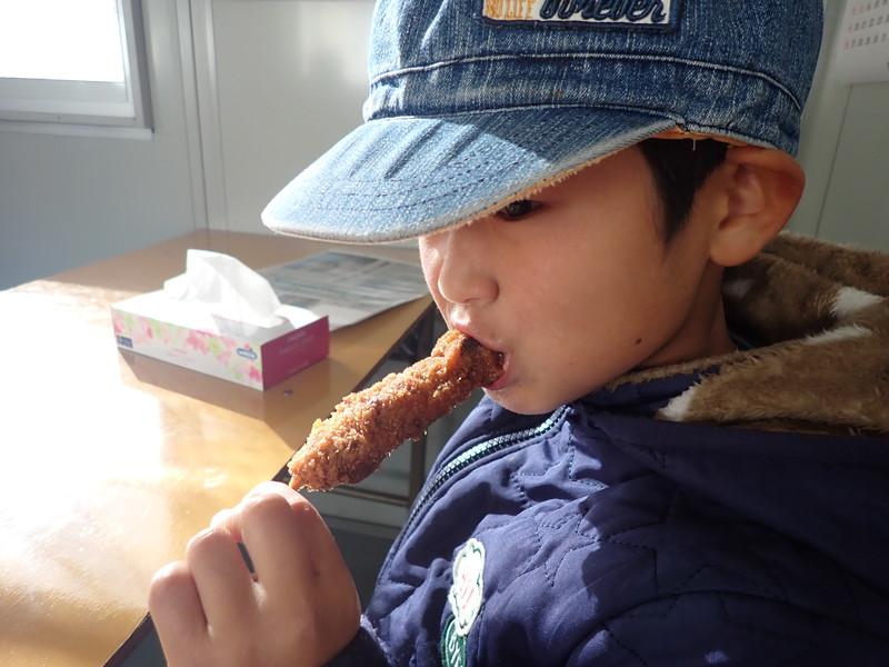 ウスヤ肉店 大洗 串カツを食べる息子