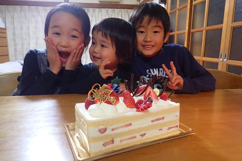 クリスマスケーキに大興奮の子どもたち
